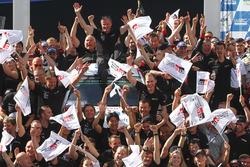 Tommi Mäkinen, directeur de Toyota Racing en WRC, fête la victoire avec son équipe