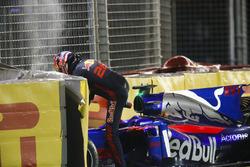 Daniil Kvyat, Scuderia Toro Rosso, esce dalla sua monoposto dopo l'incidente