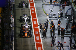 Fernando Alonso, McLaren MCL32 devant Lance Stroll, Williams FW40, Felipe Massa, Williams FW40 et Romain Grosjean, Haas F1 Team VF-17 dans les stands