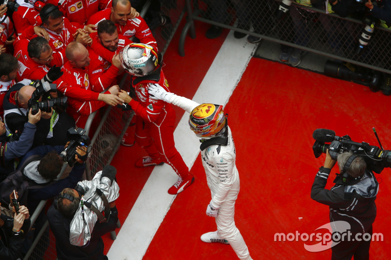 Ganador Lewis Hamilton, Mercedes AMG, felicita a Sebastian Vettel, Ferrari, en parc ferme