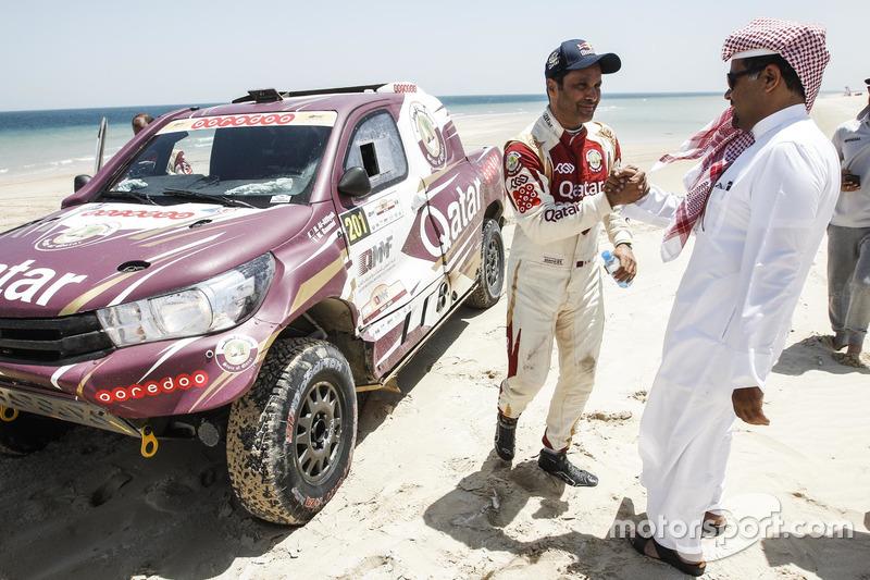 ناصر العطية يحتفل بالفوز مع رئيس النادي القطري للسيارات والدراجات النارية عبدالرحمن المناعي