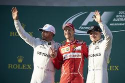 Подиум: победитель Себастьян Феттель, Ferrari, обладатель второго места Льюис Хэмилтон, Mercedes AMG F1, третье место - Валттери Боттас, Mercedes AMG F1