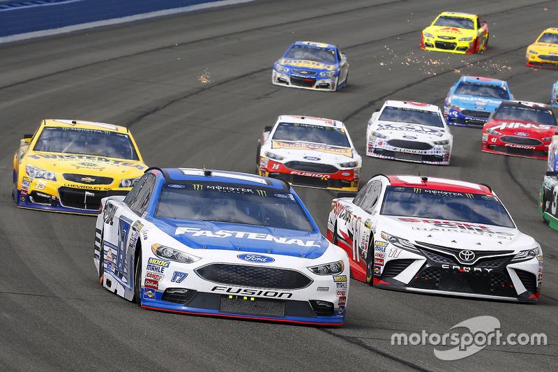 Denny Hamlin, Joe Gibbs Racing Toyota y Ricky Stenhouse Jr., Roush Fenway Racing Ford