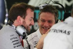 Технический директор Mercedes AMG F1 Джеймс Эллисон (в центре) и руководитель отдела по связям с общественностью Брэдли Лорд (слева)