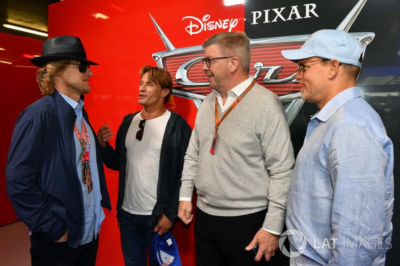 Ross Brawn, Formula One Director de Motorsports, , Woody Harrelson y Owen Wilson actores en el garaj