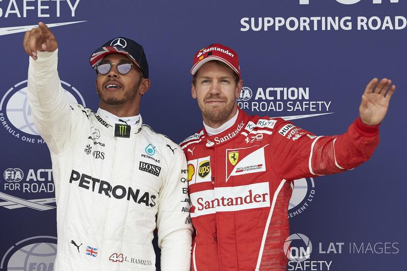 Ganador de la pole Lewis Hamilton, Mercedes AMG F1, Sebastian Vettel, Ferrari