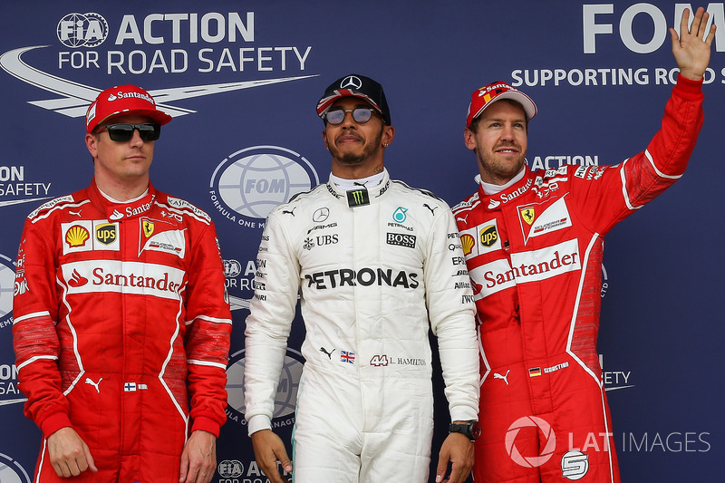 Ganador de la pole Lewis Hamilton, Mercedes AMG F1, segundo lugar Kimi Raikkonen, Ferrari y tercer puesto Sebastian Vettel, Ferrari