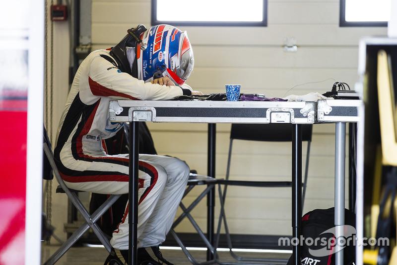Alexander Albon in tranen na het missen van de GP3-titel