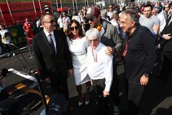 Ильхам Алиев, президент Азербайджана со своей женой Мехрибан Алиевой; Энрике Иглесиас, певец; Берни Экклстоун и Серджио Маркионе, президент Ferrari и генеральный директор Fiat Chrysler Automobiles на стартовой решетке