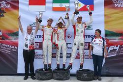 Podium: Pemenang lomba Akash Gowda, juara kedua Presley Martono, juara ketiga Gabriel Cabrera