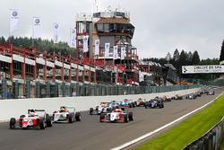 Start action: Tarun Reddy, Fortec Motorsports leads