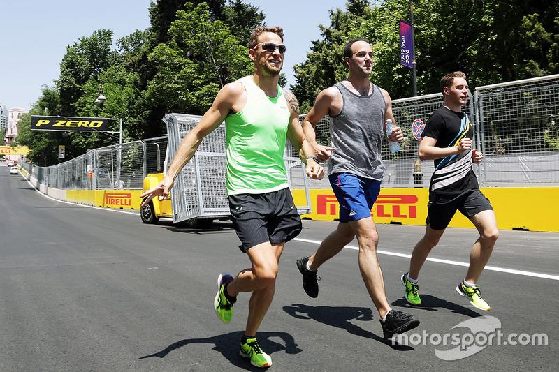 Дженсон Баттон разом зі Стоффелем Вандорном пробігають по трасі