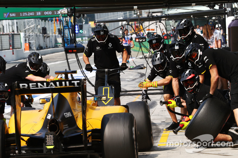 Jolyon Palmer, Renault Sport F1 Team RS16 practices a pit stop