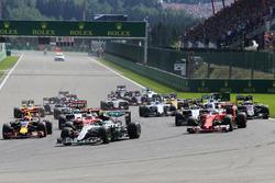 Start: Nico Rosberg, Mercedes AMG F1 W07 Hybrid, führt