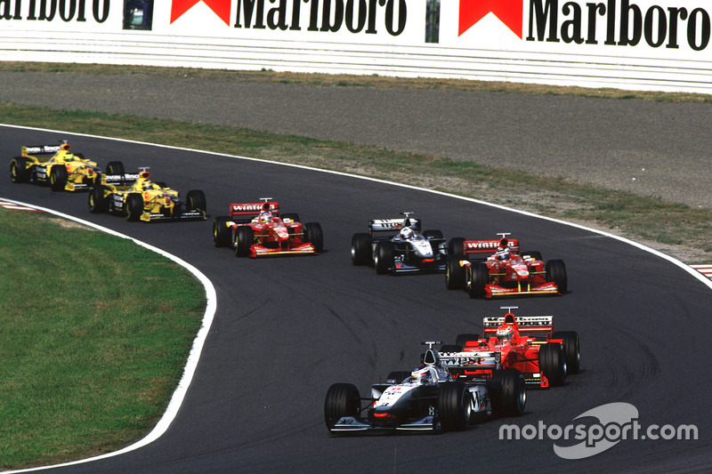 Start: Häkkinen führt vor Schumachers Ferrari-Teamkollege Eddie Irvine