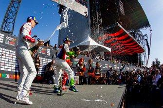 Le vainqueur Benito Guerra fête sa victoire sur le podium avec le deuxième, Loic Duval et le vainqueur du ROC Skills Challenge, Sebastian Vettel