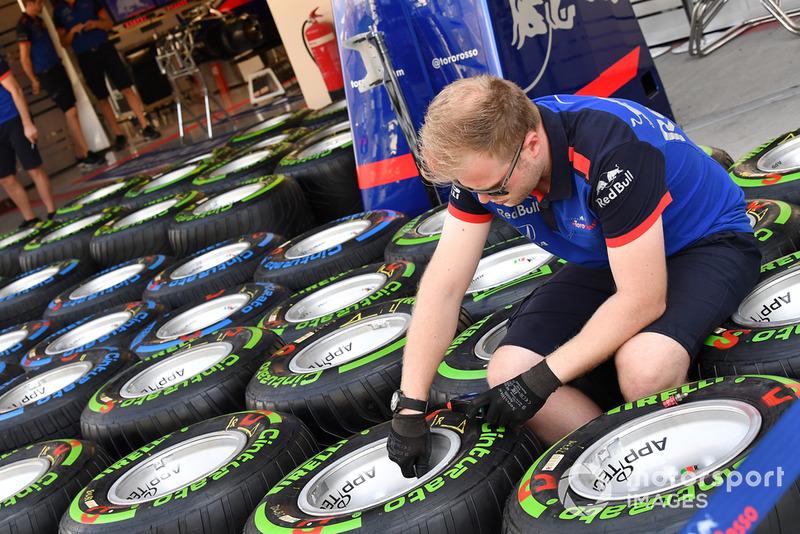 Des pneus Pirelli dans le garage de la Scuderia Toro Rosso