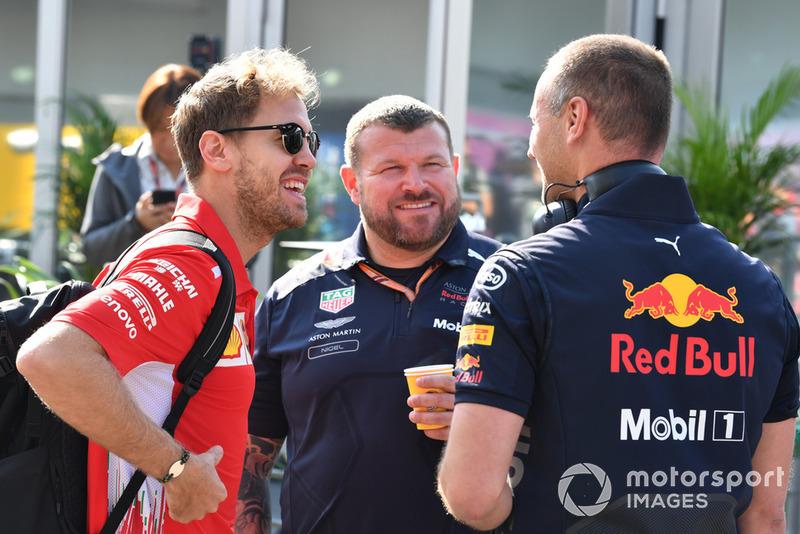 Sebastian Vettel, Ferrari, discute avec des mécaniciens Red Bull
