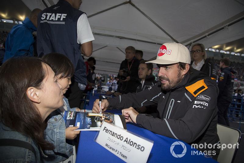 Fernando Alonso, McLaren firma autógrafos para los aficionados.