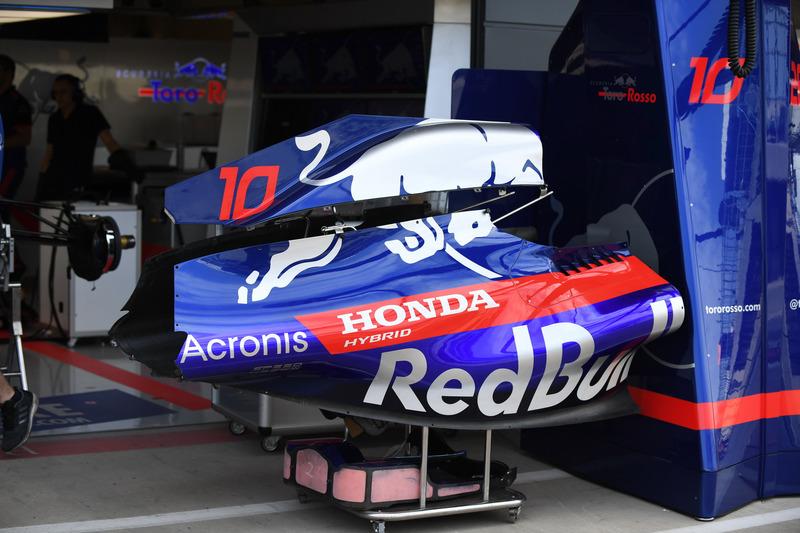 Des pièces de carrosserie de la Scuderia Toro Rosso STR13
