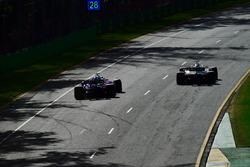 Brendon Hartley, Scuderia Toro Rosso STR13 et Romain Grosjean, Haas F1 Team VF-18