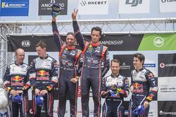 Podium: winnaar Thierry Neuville, Nicolas Gilsoul, Hyundai Motorsport, tweede plaats Elfyn Evans, Daniel Barritt, M-Sport