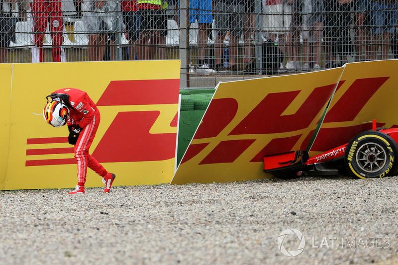 Lap 52: Vettel hantam dinding saat memimpin dan picu safety car
