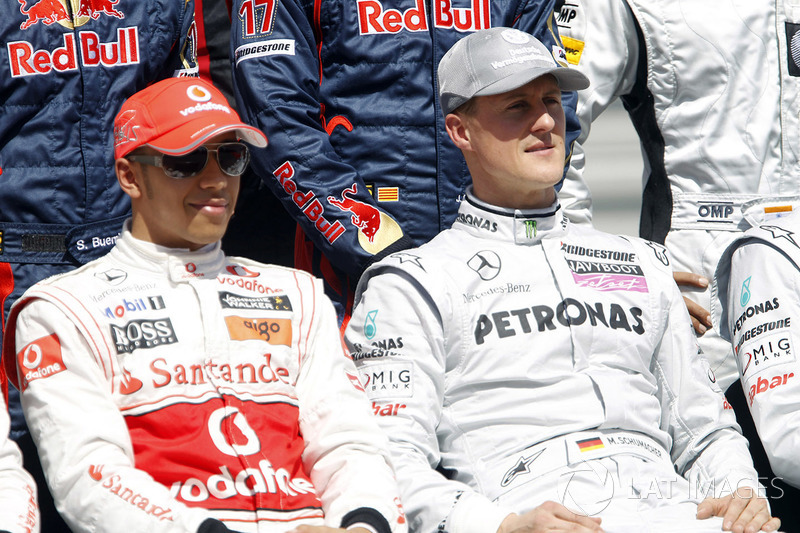 Lewis Hamilton, McLaren MP4-25 ve Michael Schumacher, Mercedes GP W01