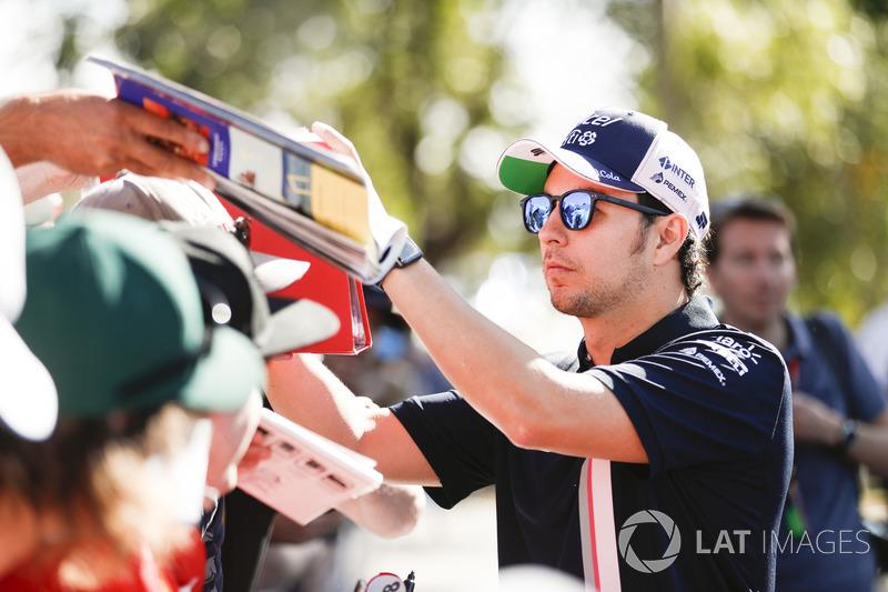 Sergio Perez, Force India, imza dağıtıyor