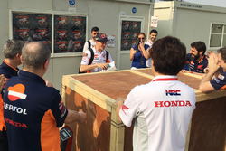 Marc Marquez, Repsol Honda Team riceve un regalo di compleanno dal suo team