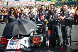 Les mécaniciens sur la grille avec la voiture de Kevin Magnussen, Haas F1 Team VF-18