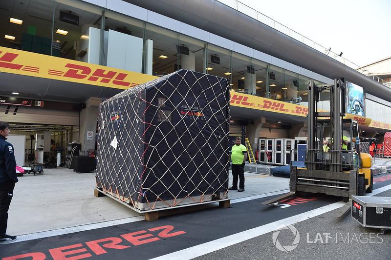 Du fret Red Bull Racing dans la voie des stands