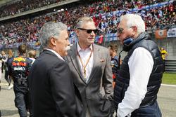 Chase Carey, presidente de Formula Uno, Sean Bratches, director administrativo de operaciones comerciales, Formula One Group y Lawrence Stroll en la parrilla