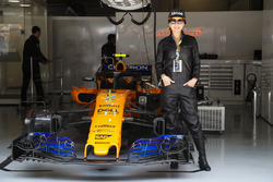 Actress Carina Lau in de pitbox van McLaren