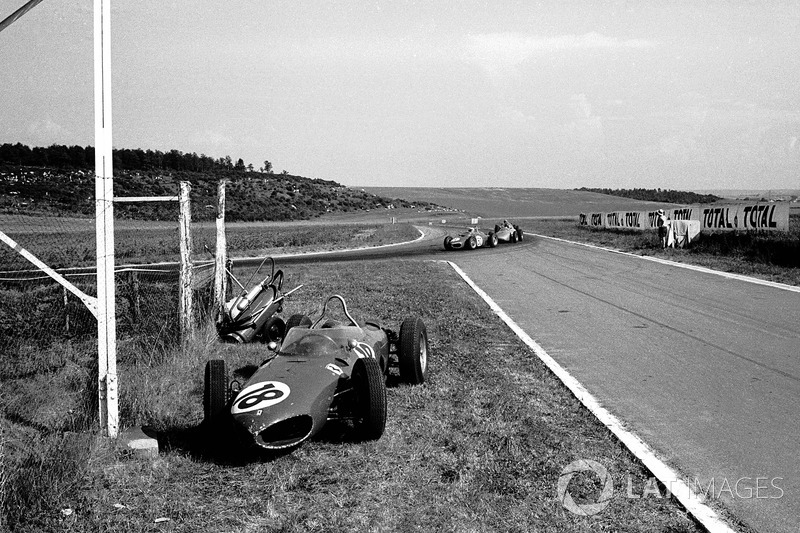 До финиша оставалось 11 кругов, когда с упавшим давлением масла сошел Гинтер (№18). Теперь сражение последней Ferrari и пары Porsche шло уже за победу
