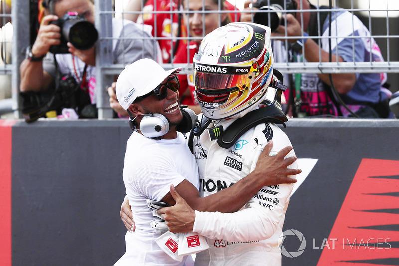 Il poleman Lewis Hamilton, Mercedes AMG F1, festeggia con il fratello Nicolas Hamilton