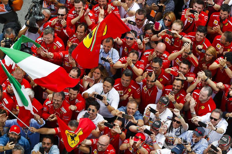 El equipo Ferrari celebra el triunfo en Canadá de Sebastian Vettel