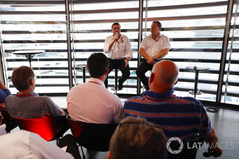 Zak Brown, director ejecutivo de McLaren Technology Group y Eric Boullier, director de carreras de McLaren, hablan con los medios