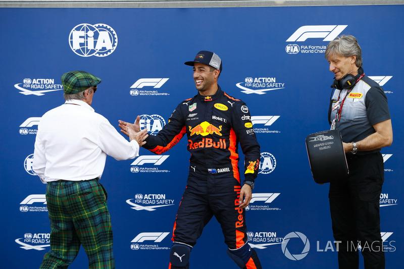 Daniel Ricciardo, Red Bull Racing, reçoit le trophée de la pole position des mains de Sir Jackie Stewart