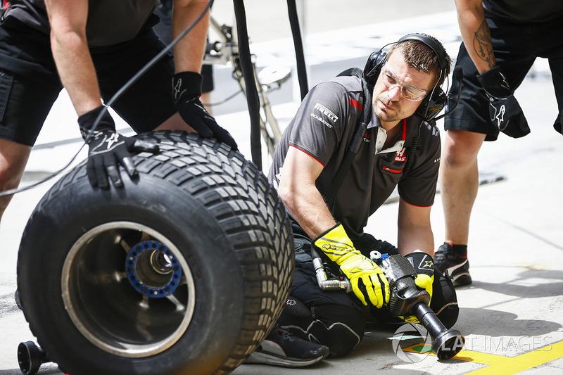 Essais d'arrêt au stand pour les mécaniciens Haas