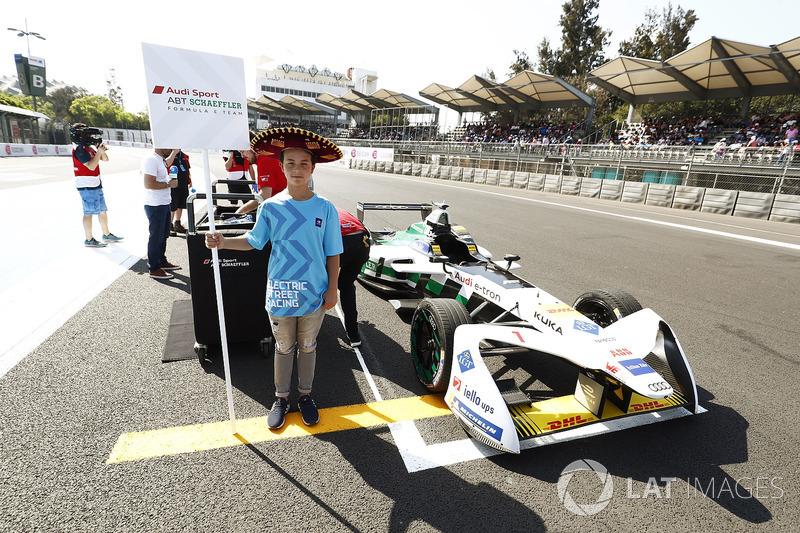 Niño de la parrilla con el auto Lucas di Grassi, Audi Sport ABT Schaeffler