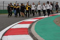Carlos Sainz Jr., Renault Sport F1 Team walks the track