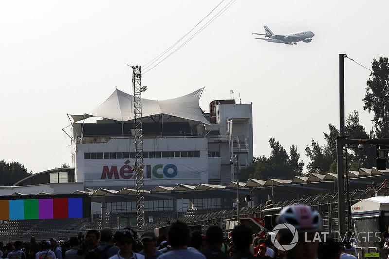 Um A380 da Air France sobrevoa o circuito