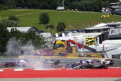 An accident involving Daniil Kvyat, Scuderia Scuderia Toro Rosso STR12, Fernando Alonso, McLaren MCL32, Max Verstappen, Red Bull Racing RB13, unfolds at the start