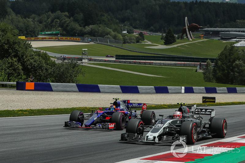 Kevin Magnussen, Haas F1 Team VF-17, Carlos Sainz Jr., Scuderia Toro Rosso STR12 battle for position