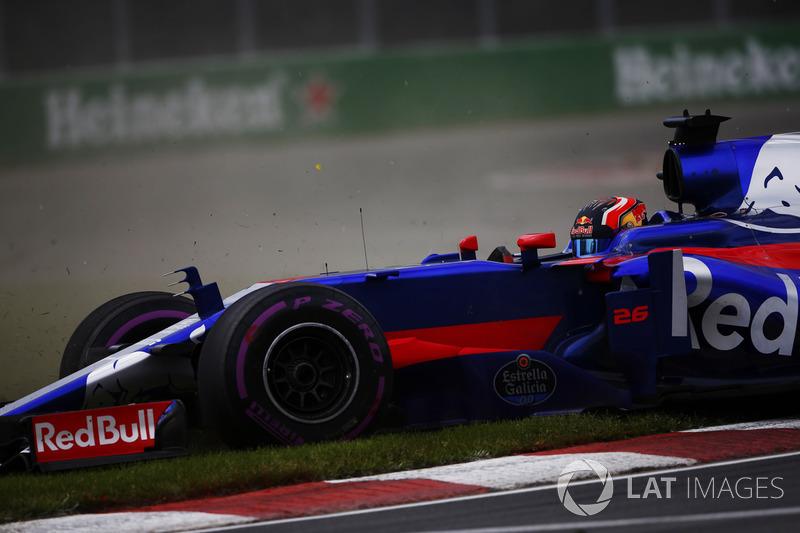 Daniil Kvyat, Scuderia Toro Rosso STR12, sort de la piste
