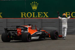 Fernando Alonso, McLaren stops on track in FP1 and waves