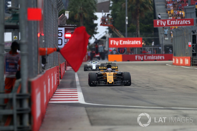 Jolyon Palmer, Renault Sport F1 Team RS17, Streckenwarte schwenken rote Flaggen