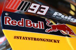 "L'adesivo ""Stay Strong Nicky Hayden"" sulla moto di Marquez"