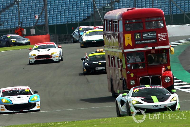 Un autobús Routemaster con invitados en pista durante la práctica